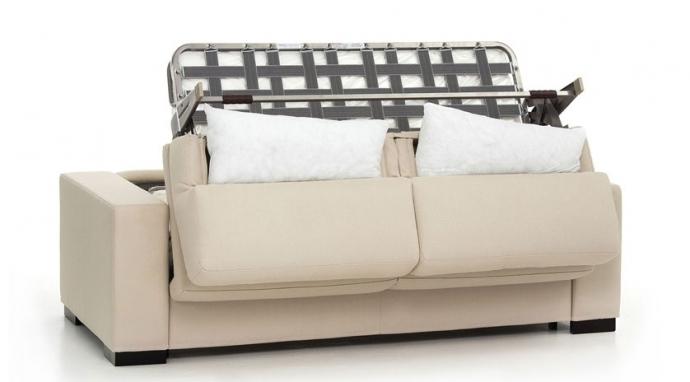 Las posturas para dormir en el sofá cama
