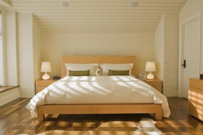 ¿Cómo influye la orientación de la cama en tu sueño?