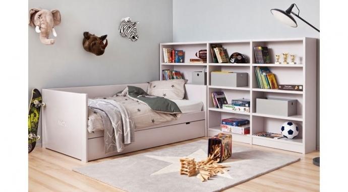 Una enorme estantería como cabecero en habitaciones juveniles