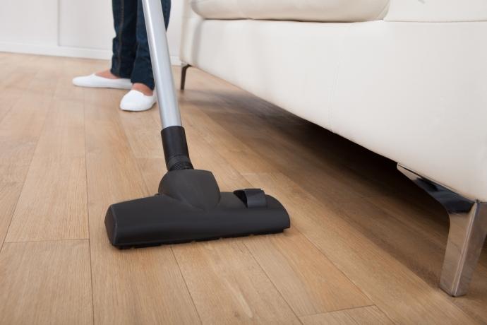 Trucos para limpiar debajo del sofá cama