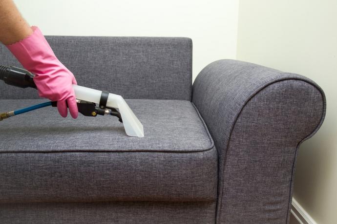 Cómo limpiar las manchas de tu sofá cama de tela