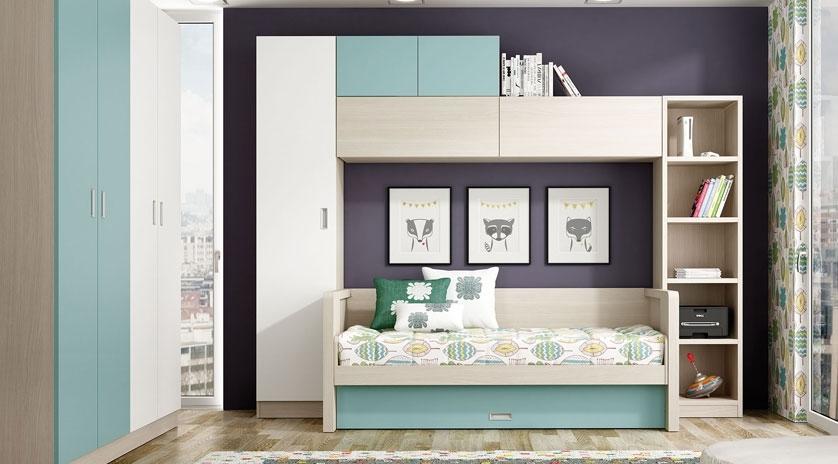 Sofá, cama, y mesa. Todo en un mismo espacio.